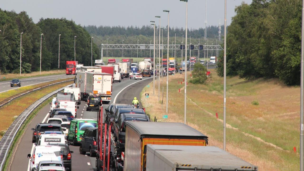 Lange file op A1 bij Rijssen na ongelukken.