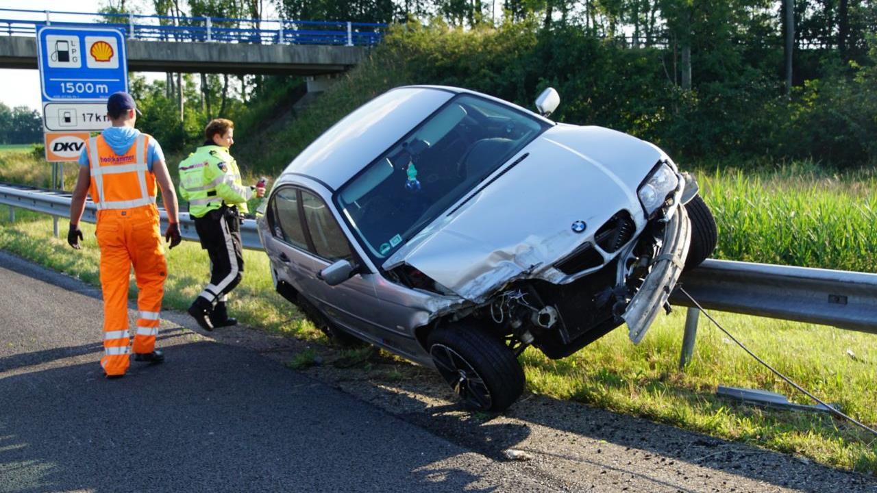 Auto belandt bovenop vangrail na eenzijdig ongeval A28 bij Rouveen.