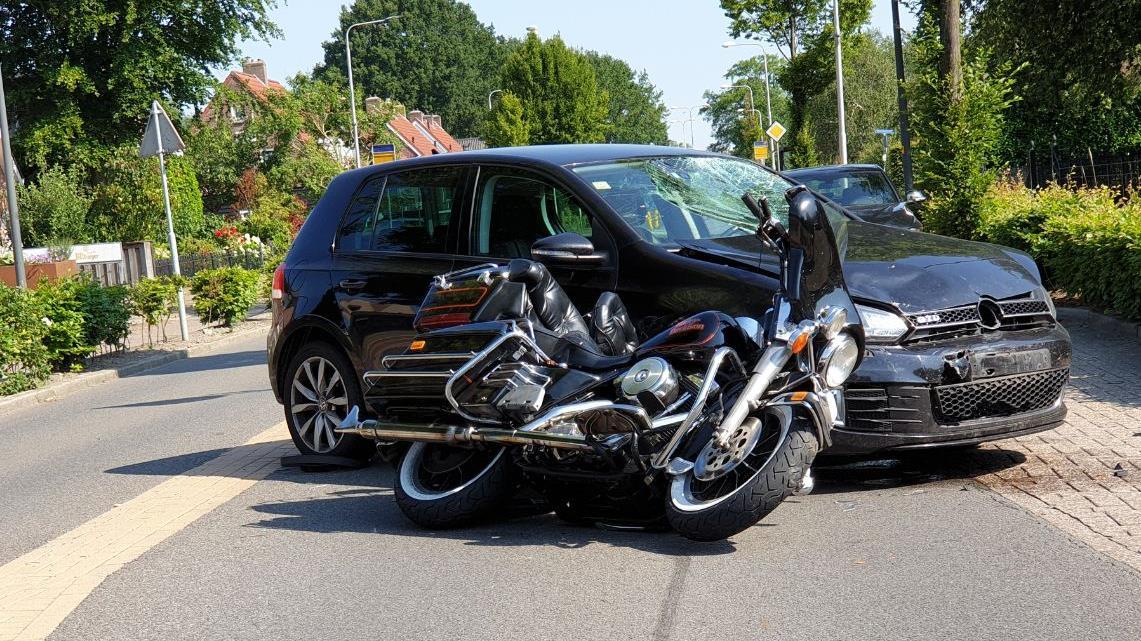 Motorrijder naar het ziekenhuis na botsing met auto in Hengelo.