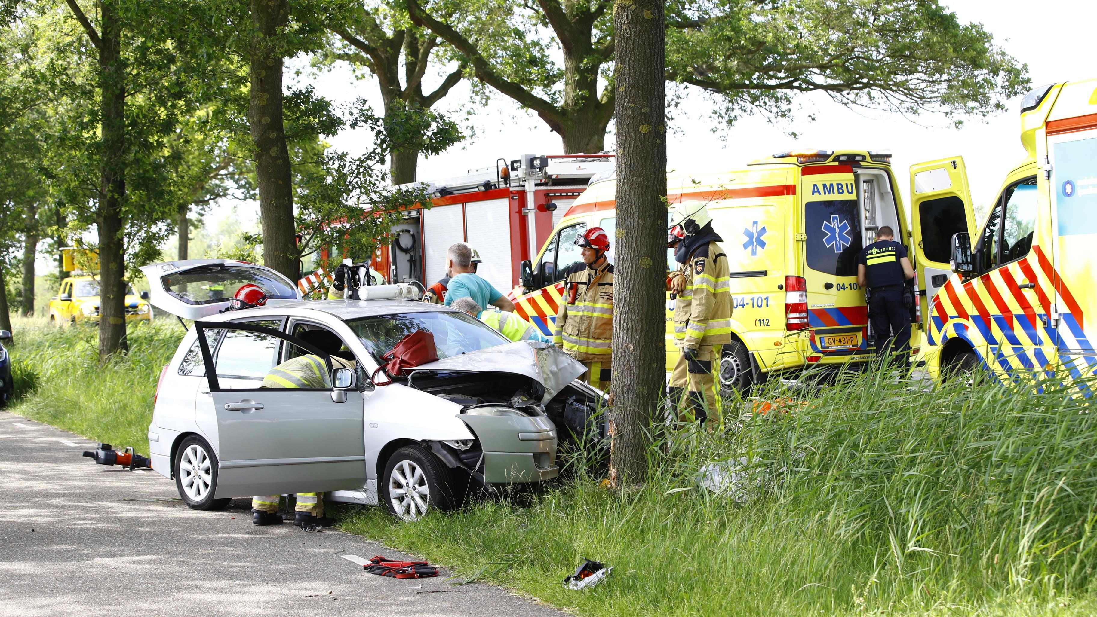 Twee gewonden na eenzijdig ongeluk tegen boom bij Windesheim.
