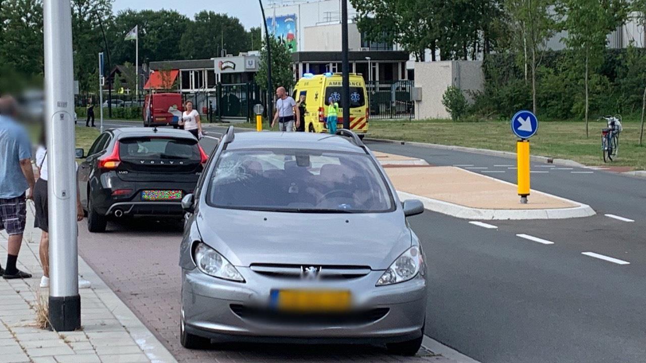 Fietser naar ziekenhuis na aanrijding met auto in Hellendoorn, weg afgezet.