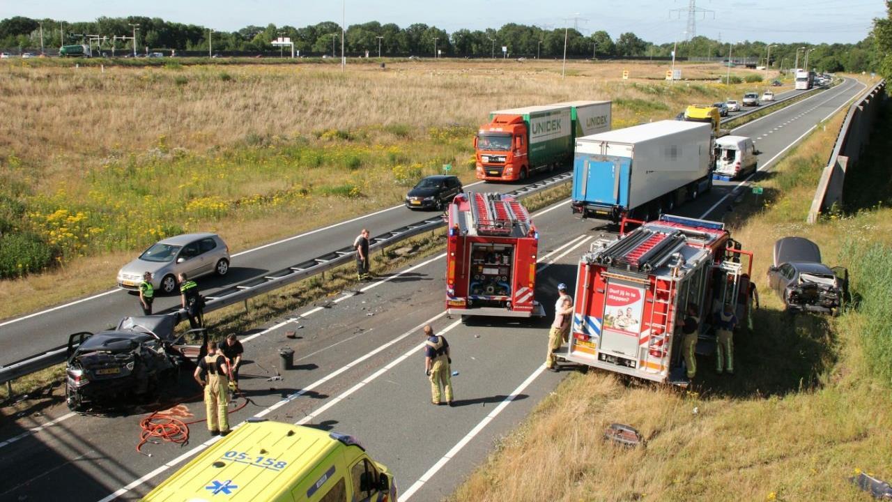 Twee gewonden bij ongeval op N36, weg urenlang afgesloten.