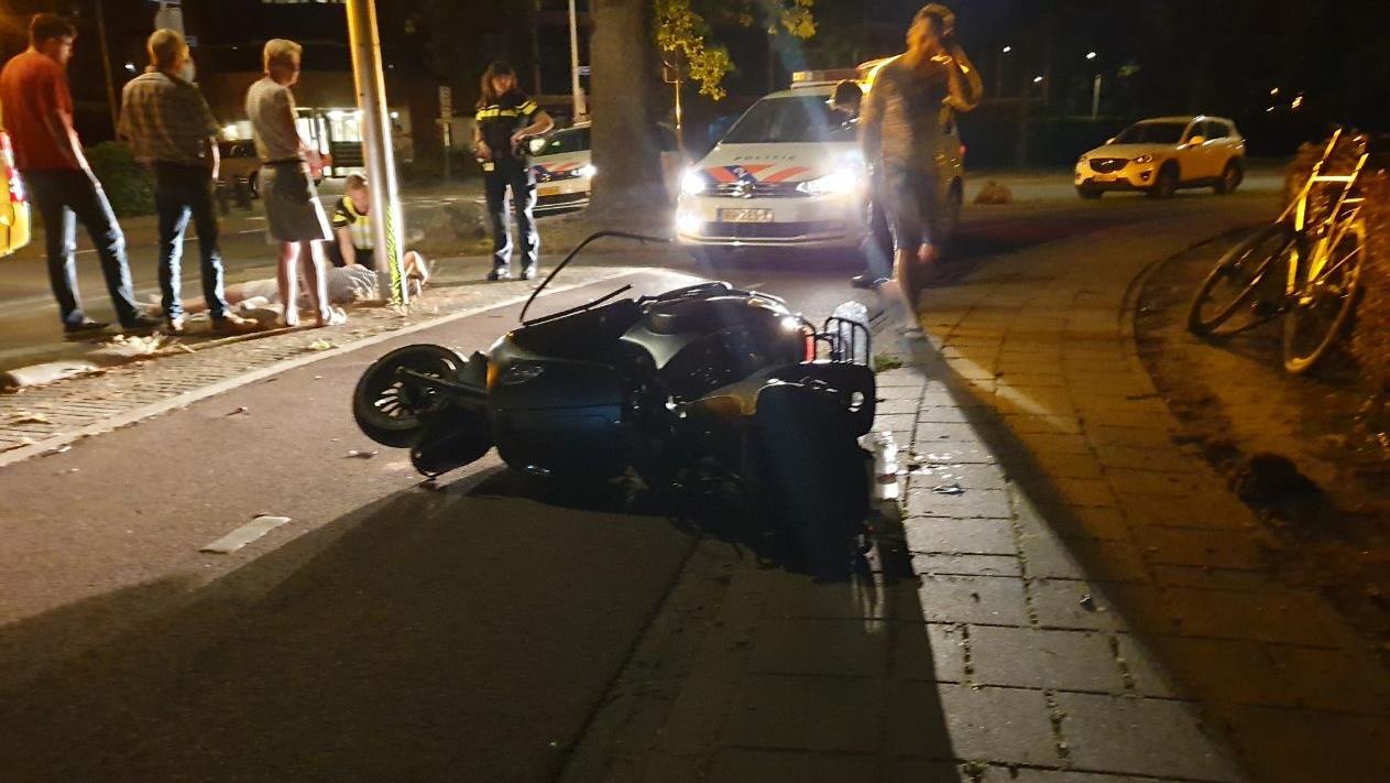 Fietser en scooterrijder raken gewond bij frontale botsing in Hengelo.