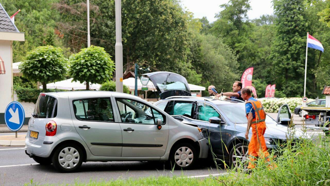 Twee personen gewond en forse schade bij aanrijding De Lutte.