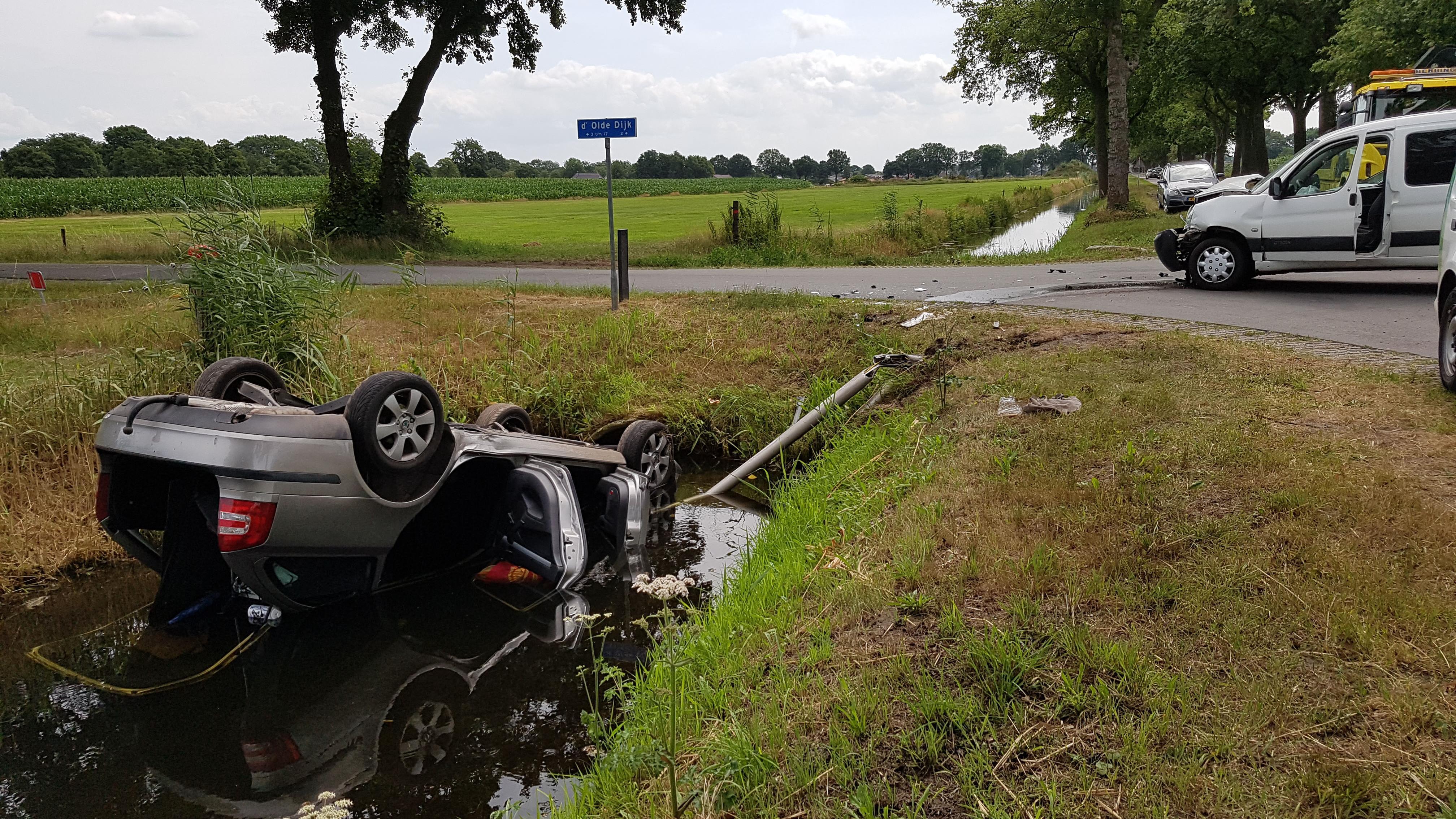 Auto op de kop in sloot bij ongeluk in Staphorst.