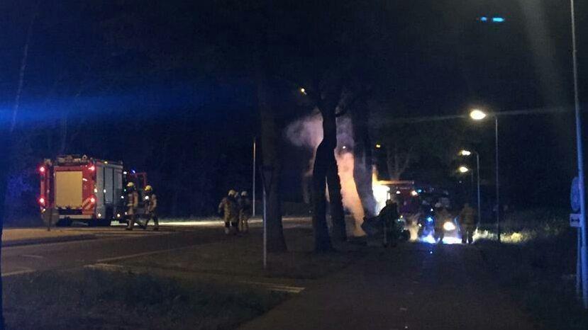 Auto vliegt in brand bij ongeluk in Losser, automobilist zwaargewond.