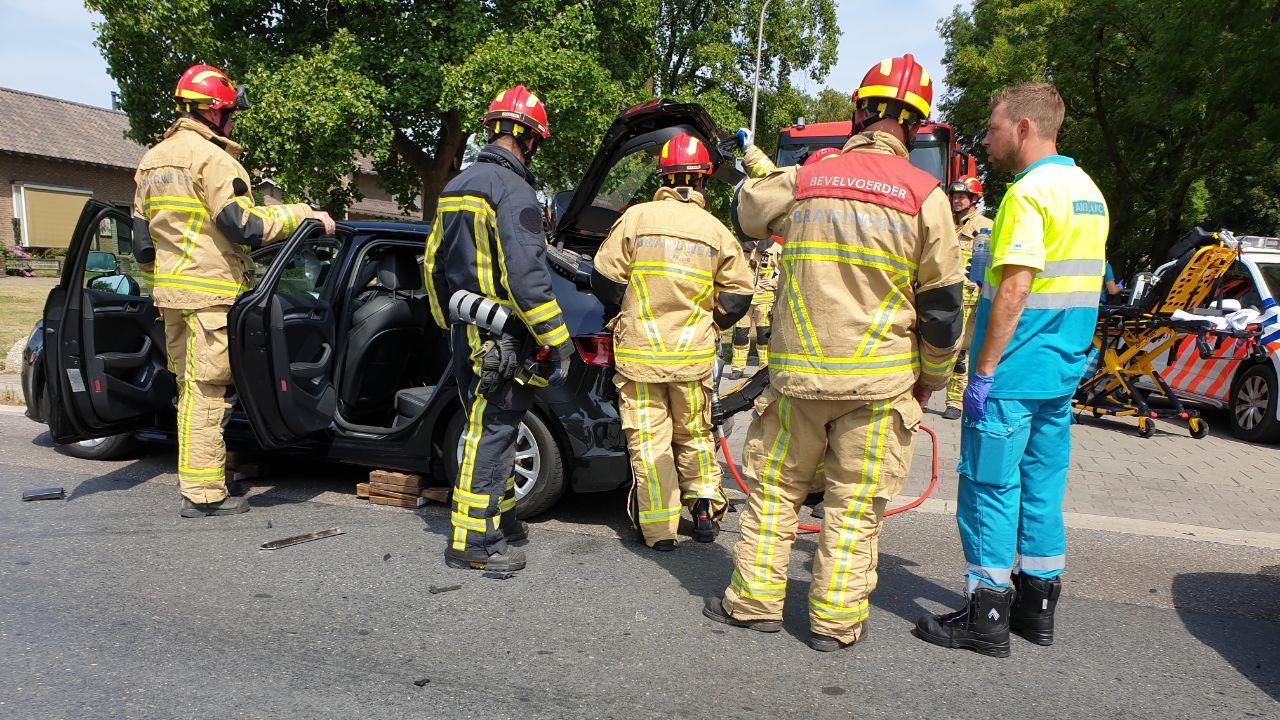Brandweer knipt man uit lesauto na ongeval in Hengelo.