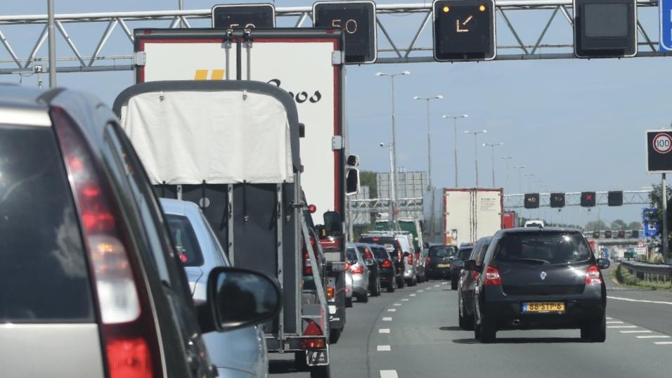 File en veel vertraging op A1 tussen Deventer en Apeldoorn door ongeluk.