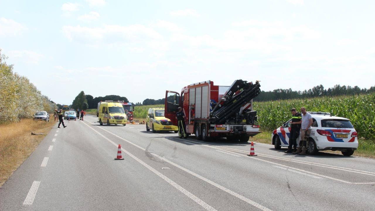 N347 bij Enter urenlang dicht na ongeluk, automobiliste met spoed naar ziekenhuis.