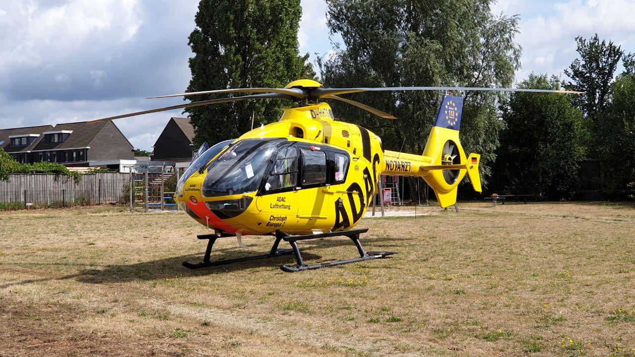 Traumahelikopter landt in woonwijk na ongeval bij huis in Enschede.
