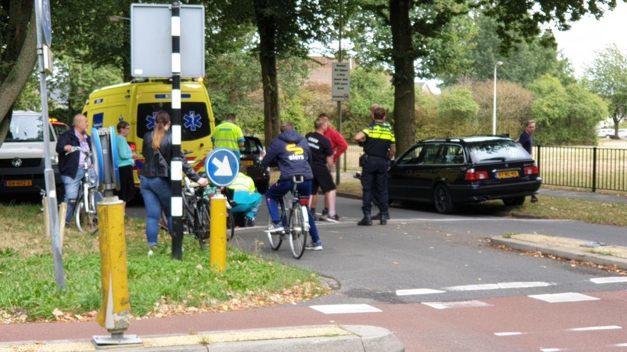 Fietser naar ziekenhuis na aanrijding met auto in Hengelo.