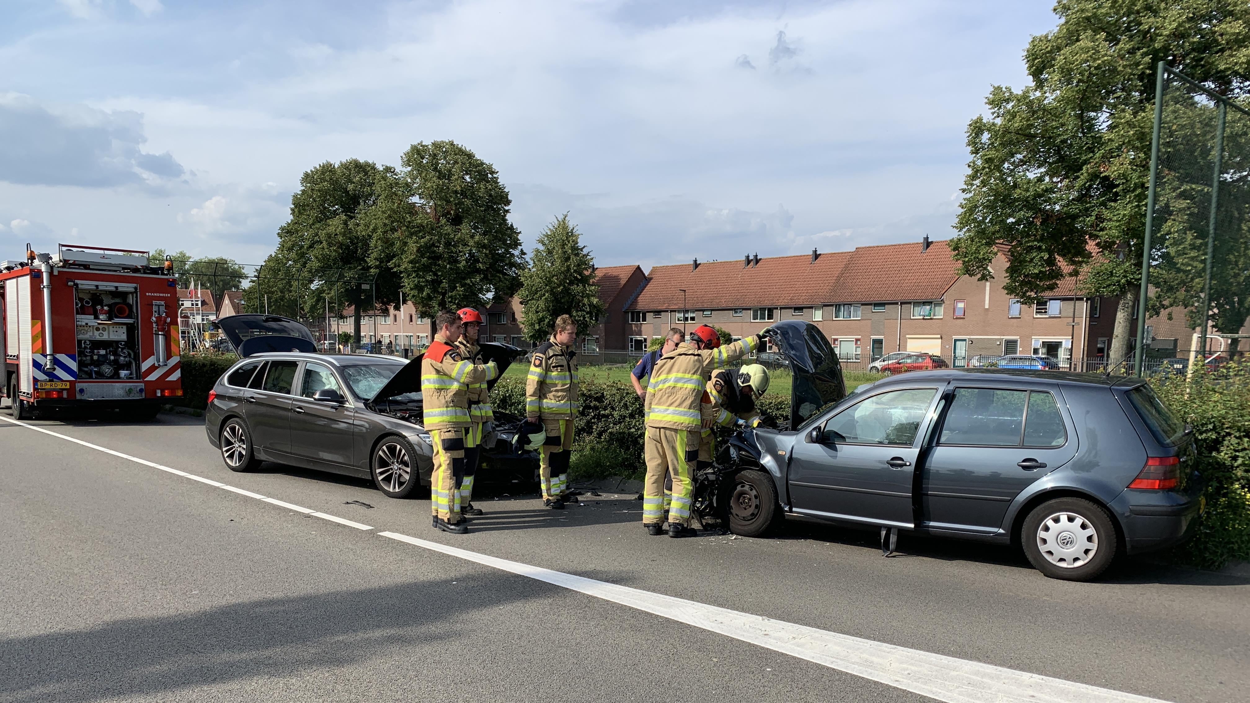 Pothoofd in Deventer afgesloten na frontale botsing tussen twee autos.
