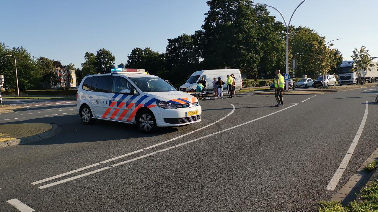 Ernstig gewonde bij aanrijding tussen auto en scooterrijder in Hengelo.