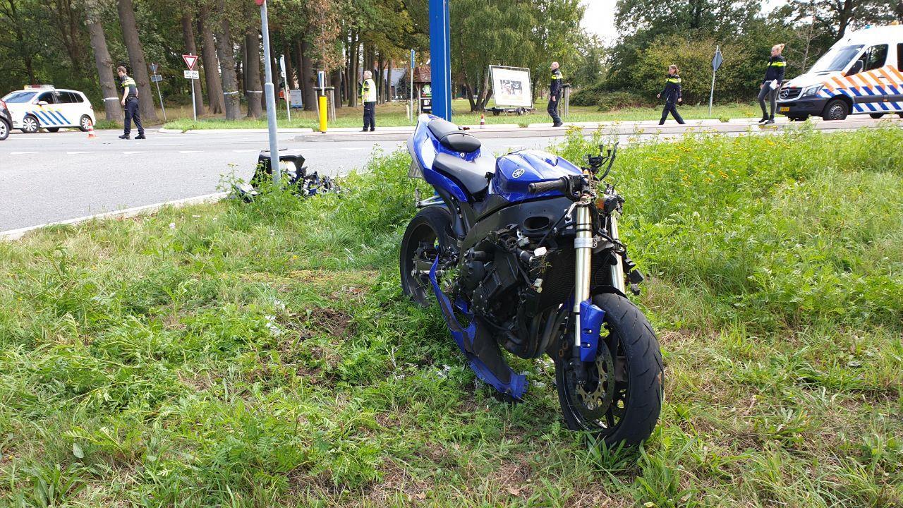 Motorrijder gewond geraakt bij ongeluk in Hengelo, weg uren afgesloten.