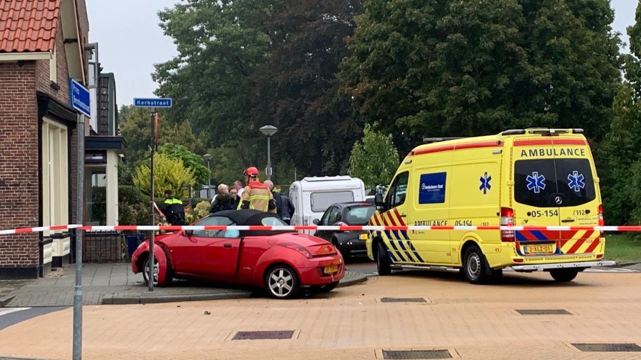 Slachtoffer uit auto geknipt na ongeval in Nijverdal.