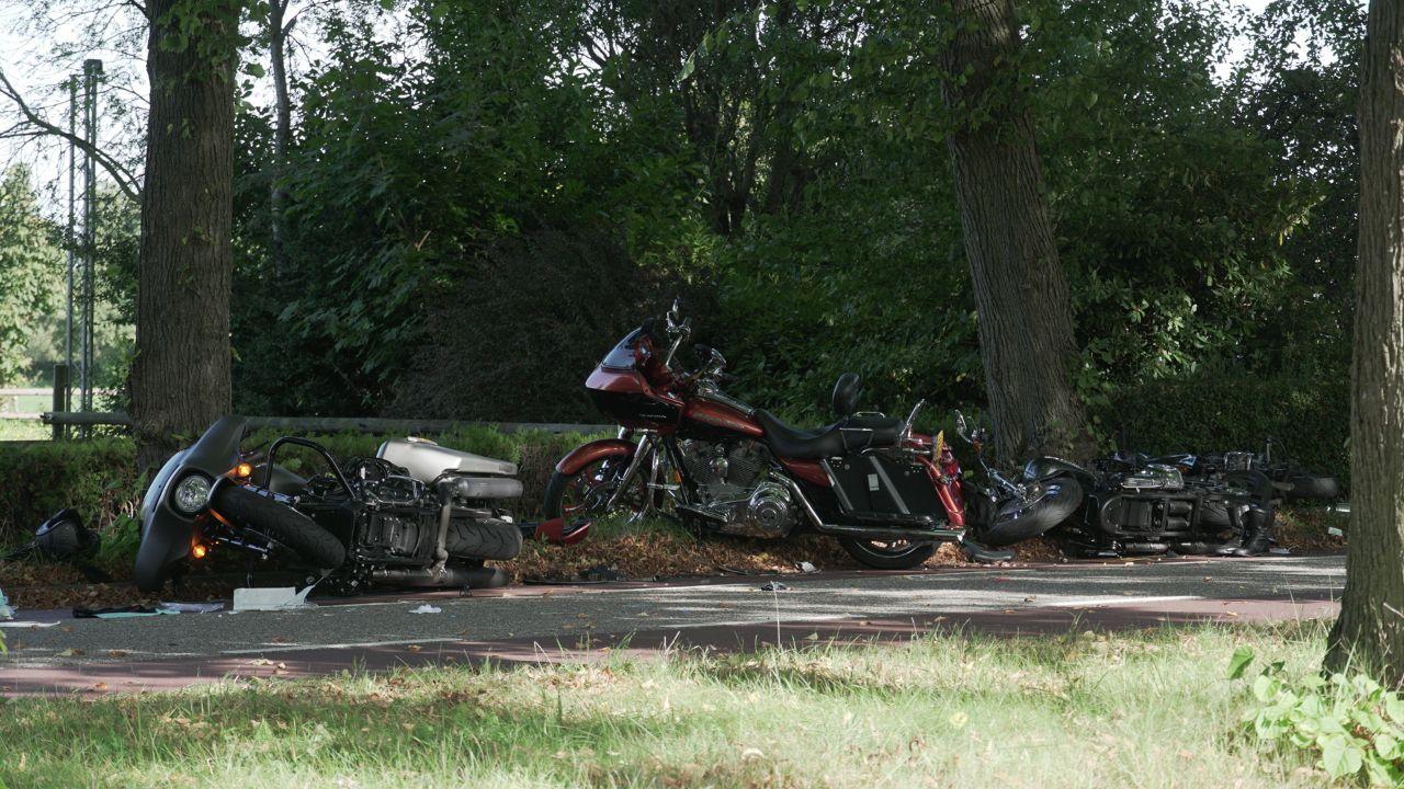Vier motorrijders aangereden in Olst, twee gewonden.