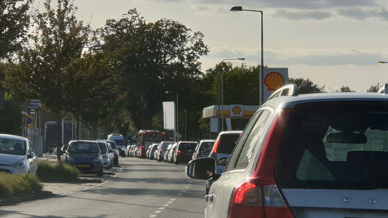 Aanrijding zorgt voor verkeerschaos in Enschede.