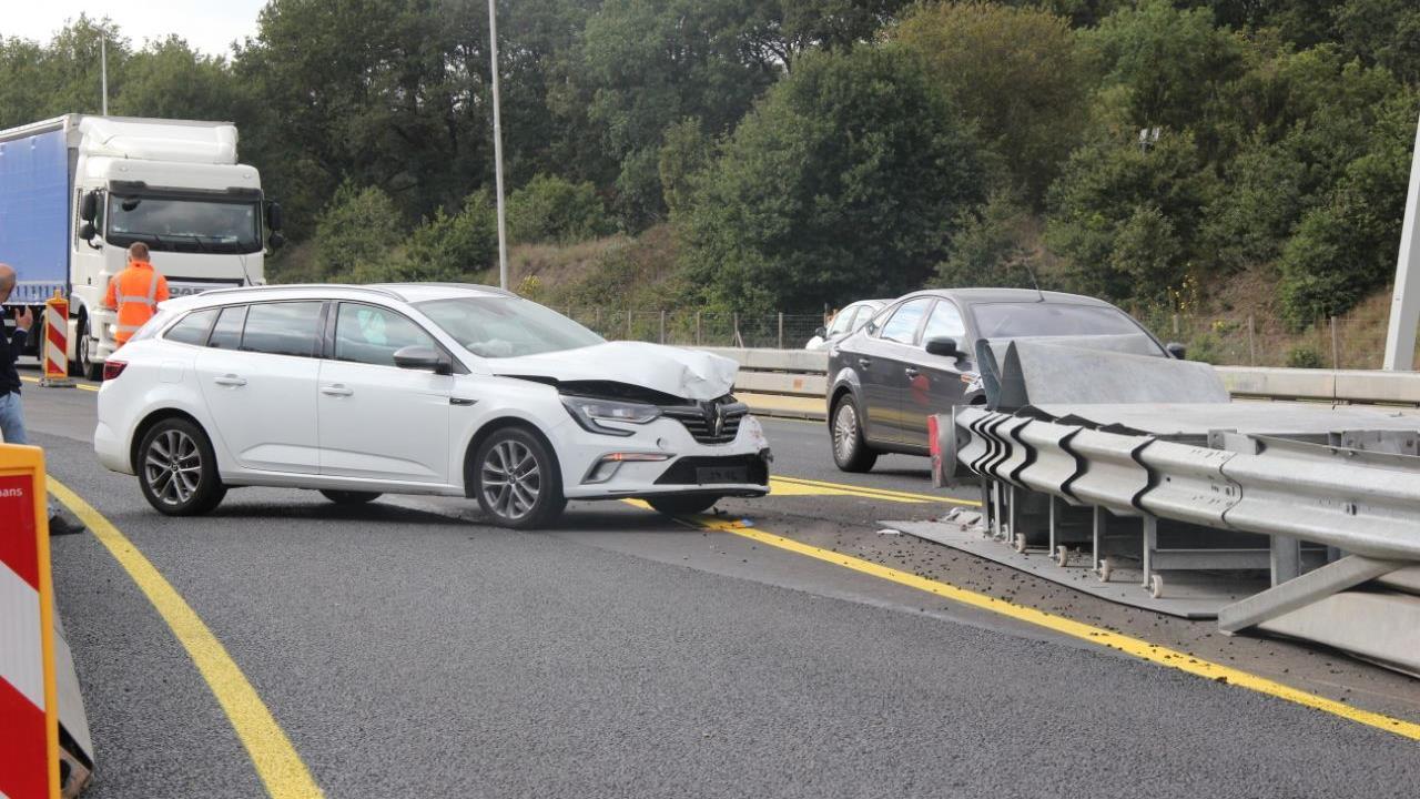 Afslag Rijssen op A1 weer vrij na ongeluk met auto tegen vangrail.