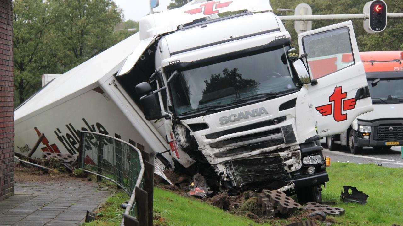 N35 bij Wierden weer vrij na ongeluk met vrachtwagen.