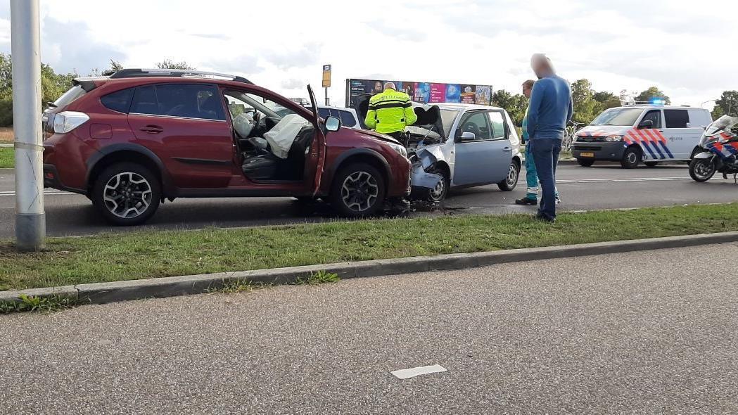 Twee gewonden na frontale aanrijding in Almelo.