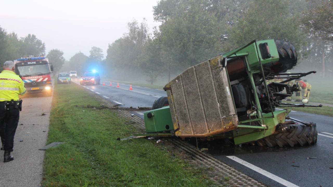 Twee gewonden bij botsing tussen tractor en auto in Wijhe.