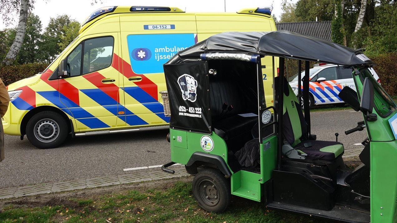 Tuktuk komt in botsing met auto in Rheeze.