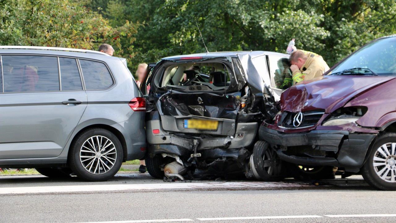 Flinke kettingbotsing tussen vijf autos in Denekamp veroorzaakt ravage op Nordhornsestraat.