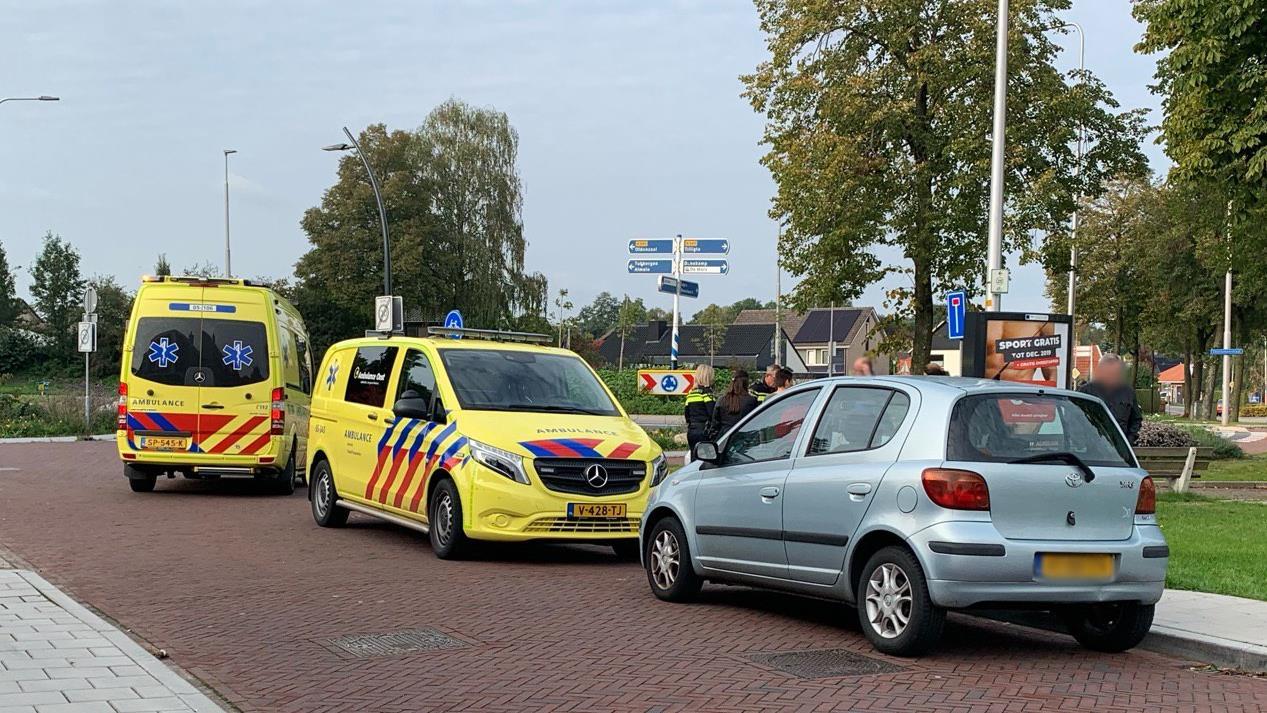Fietser met spoed naar het ziekenhuis na botsing tegen geparkeerde auto.