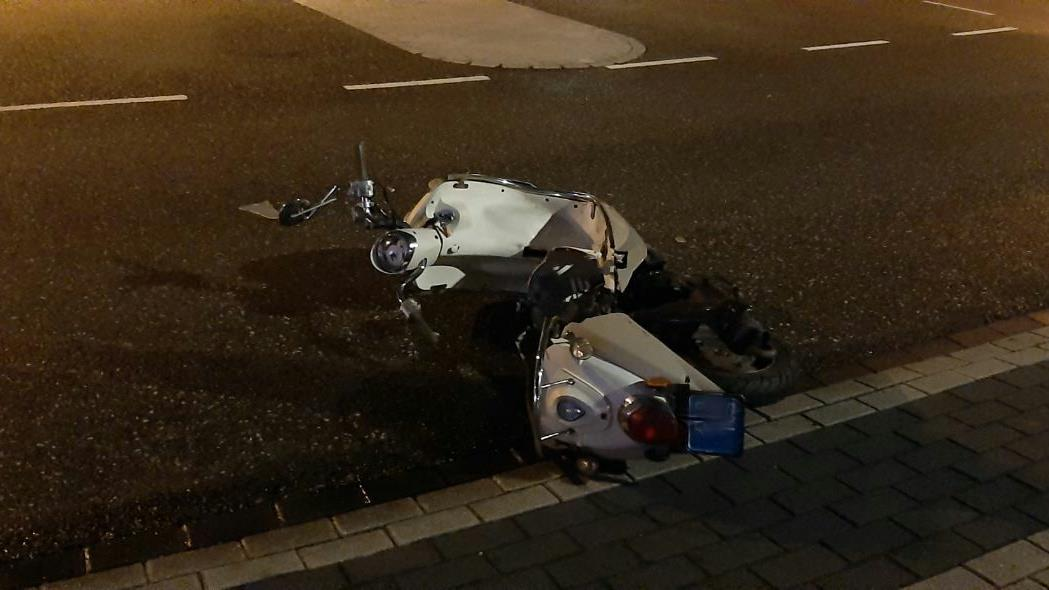 Scooterbestuurder raakt gewond bij aanrijding in Almelo.