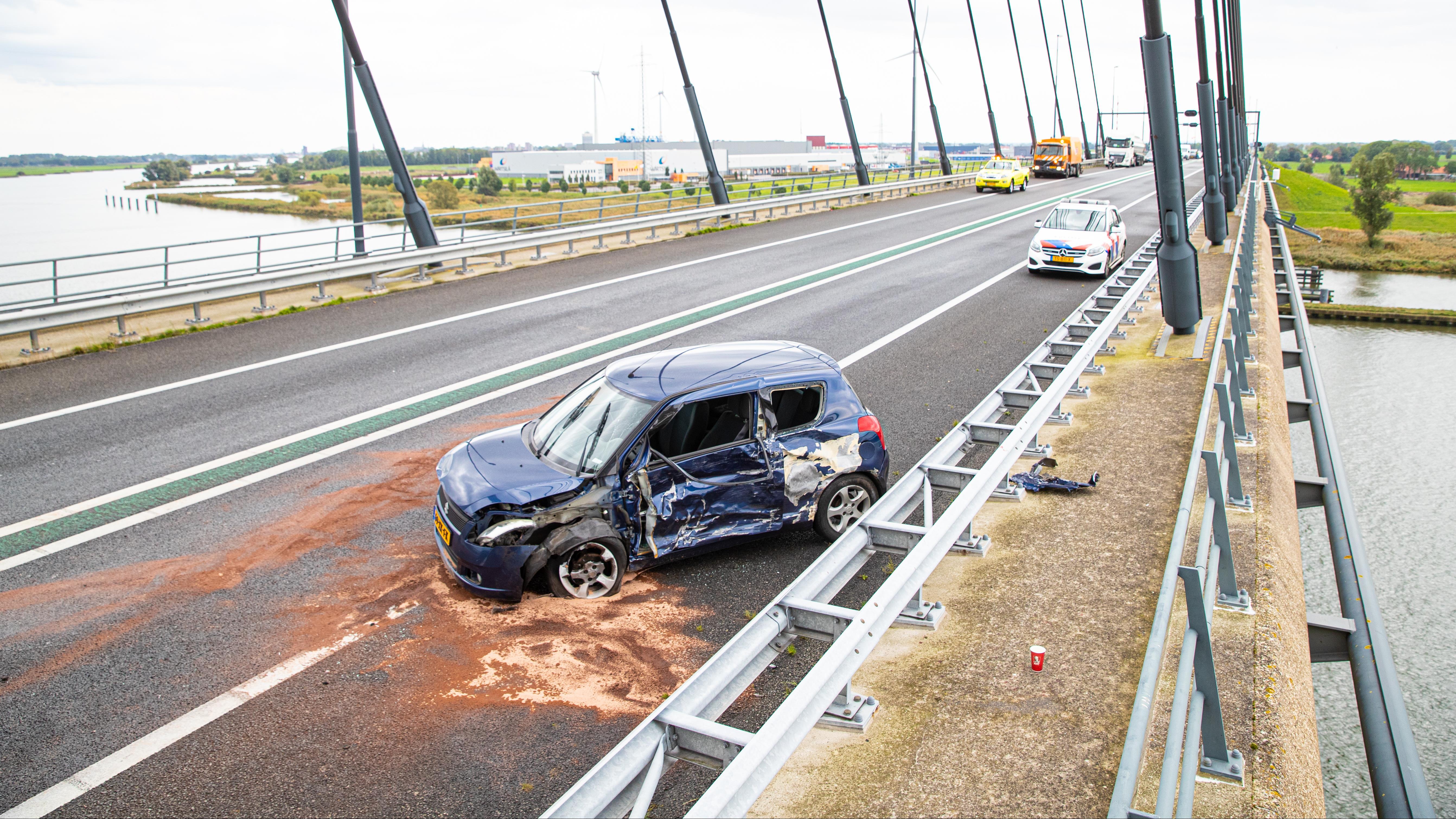 Meerdere gewonden door botsing tussen twee autos op Eilandbrug bij Kampen.