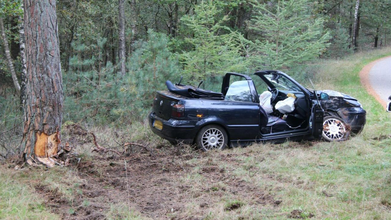 Bestuurder cabrio heeft engeltje op schouder en blijft ongedeerd bij aanrijding in Holten.