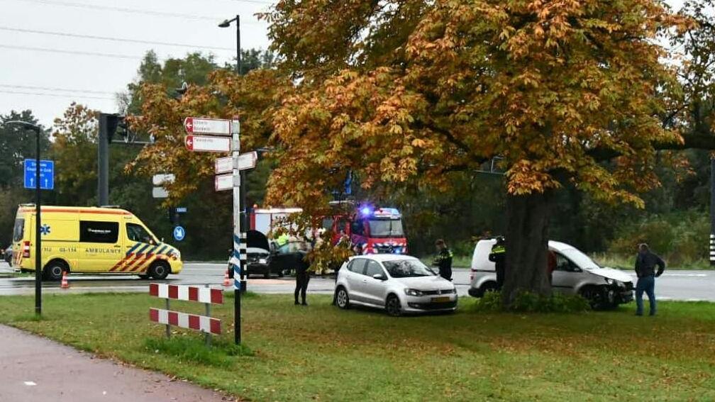 Flinke schade en een gewonde na botsing in Enschede.