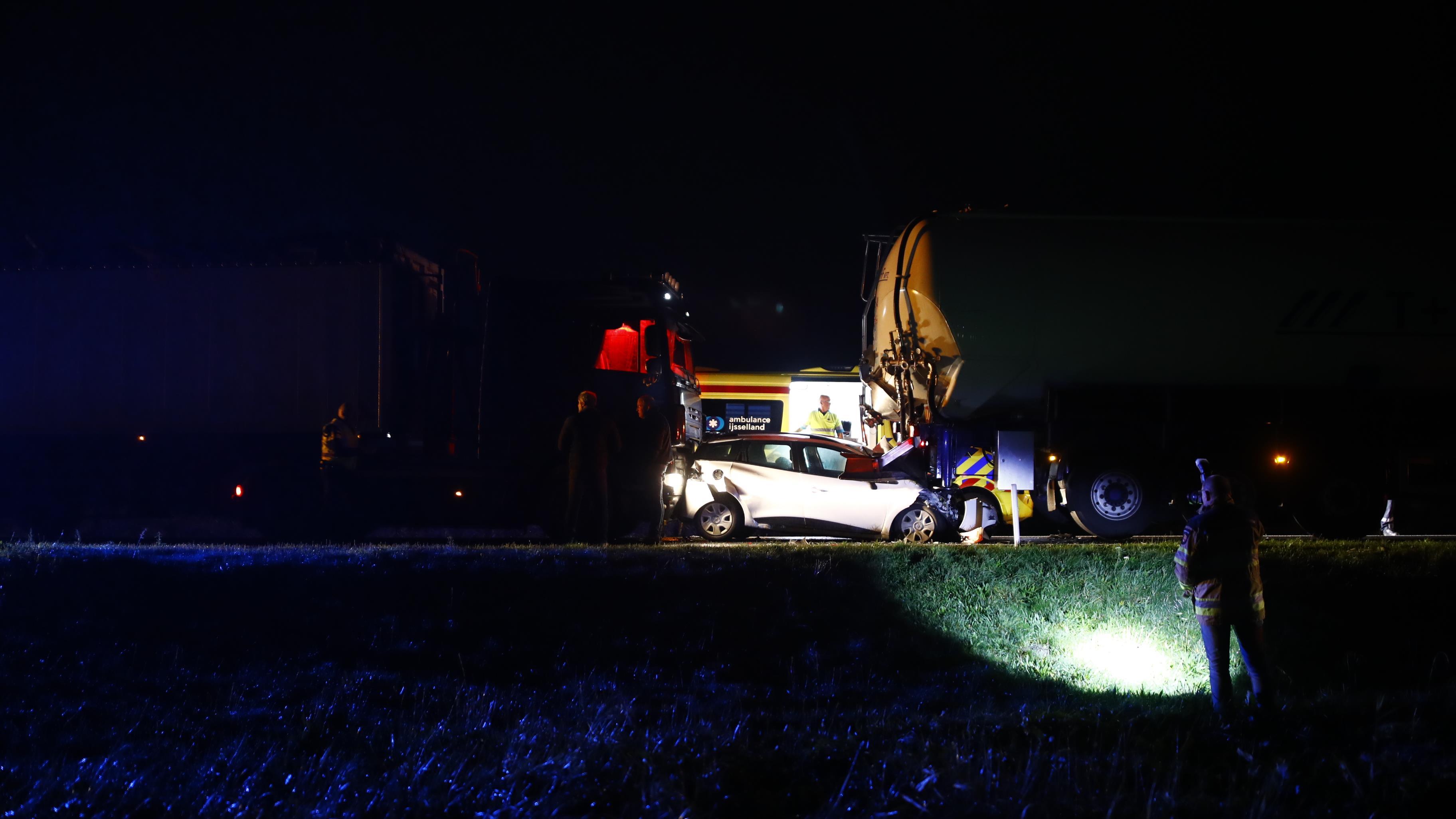 Bijzonder ongeval op N50 bij Kampen: auto gesandwicht tussen vrachtwagens.