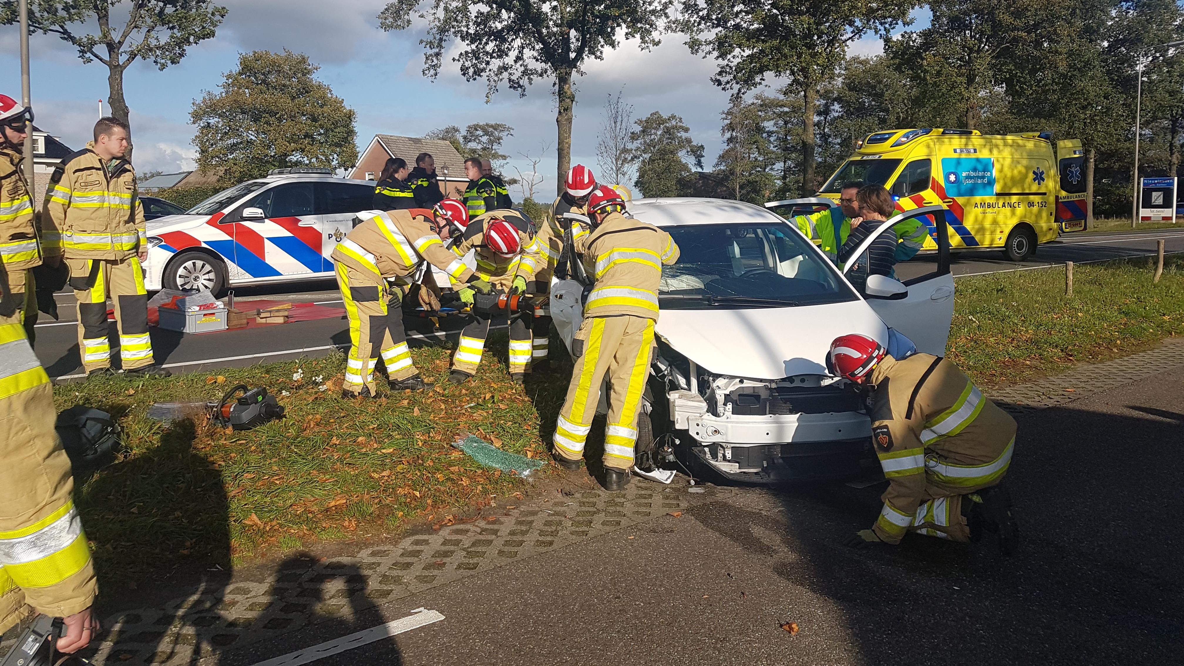 Gewonden bij botsing auto tegen boom in Nieuwleusen.