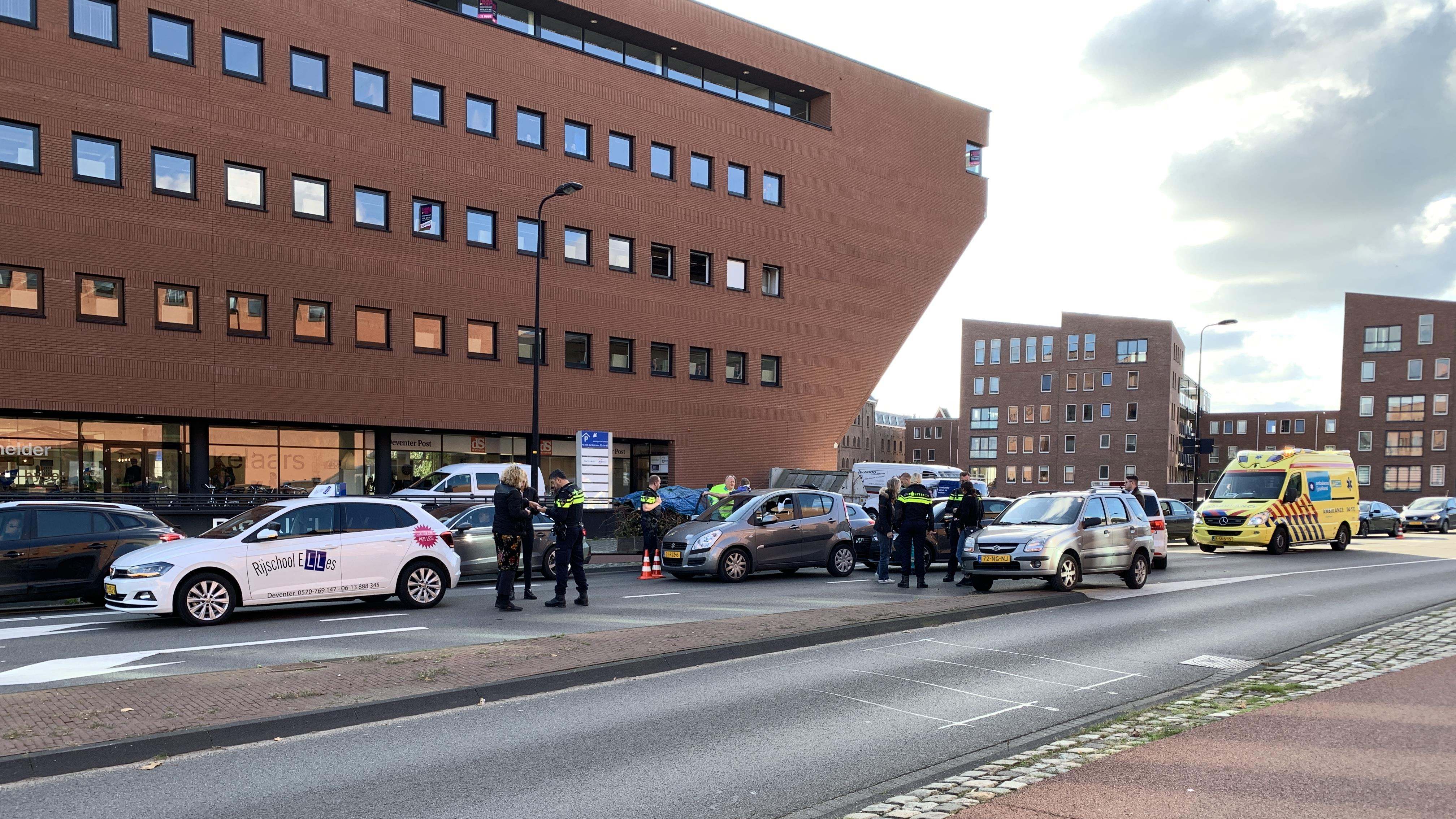 Kettingbotsing met drie autos vlak buiten Deventer centrum.