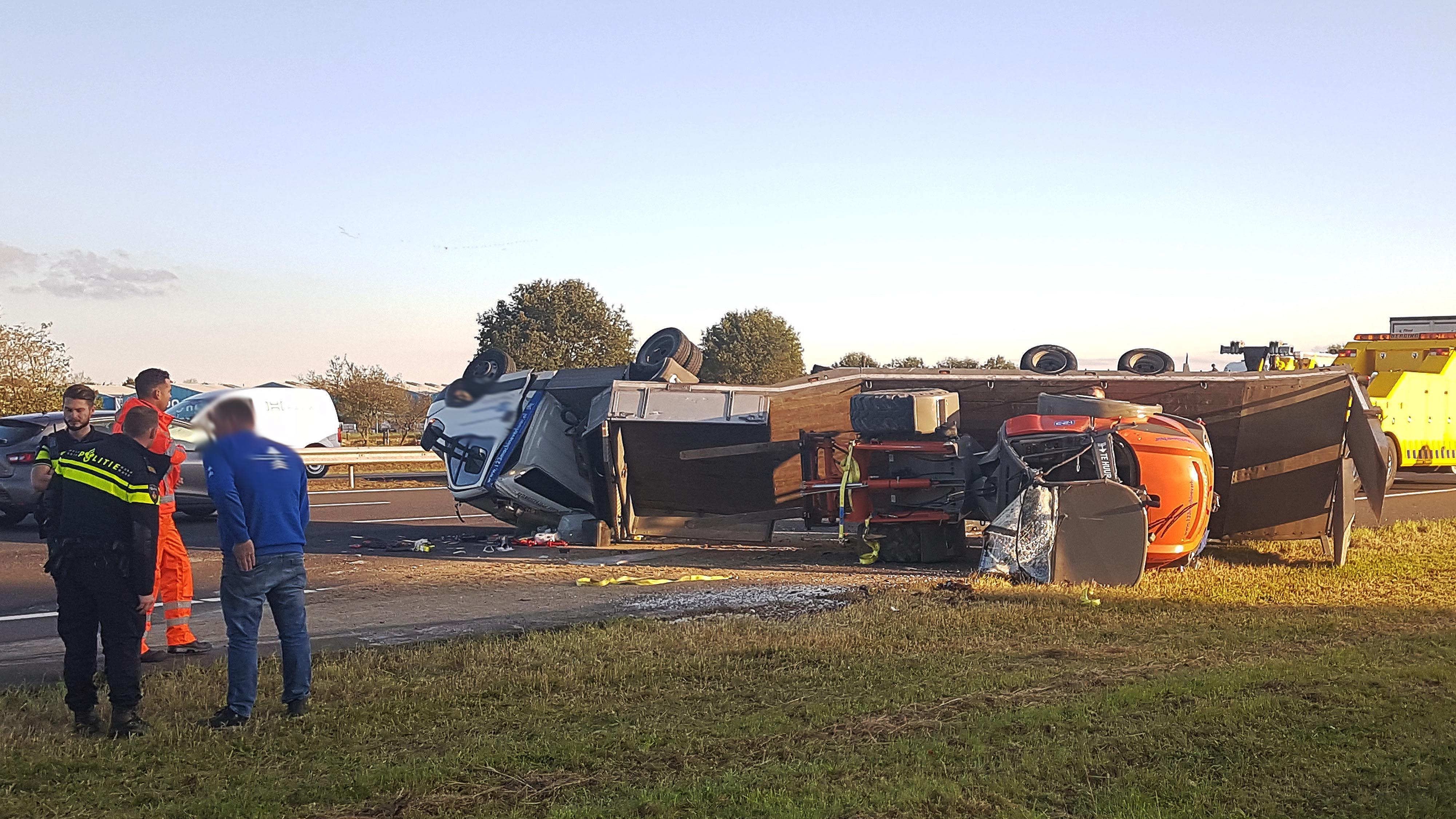File van Hoogeveen richting Zwolle op A28 door ongeluk met vrachtwagen.