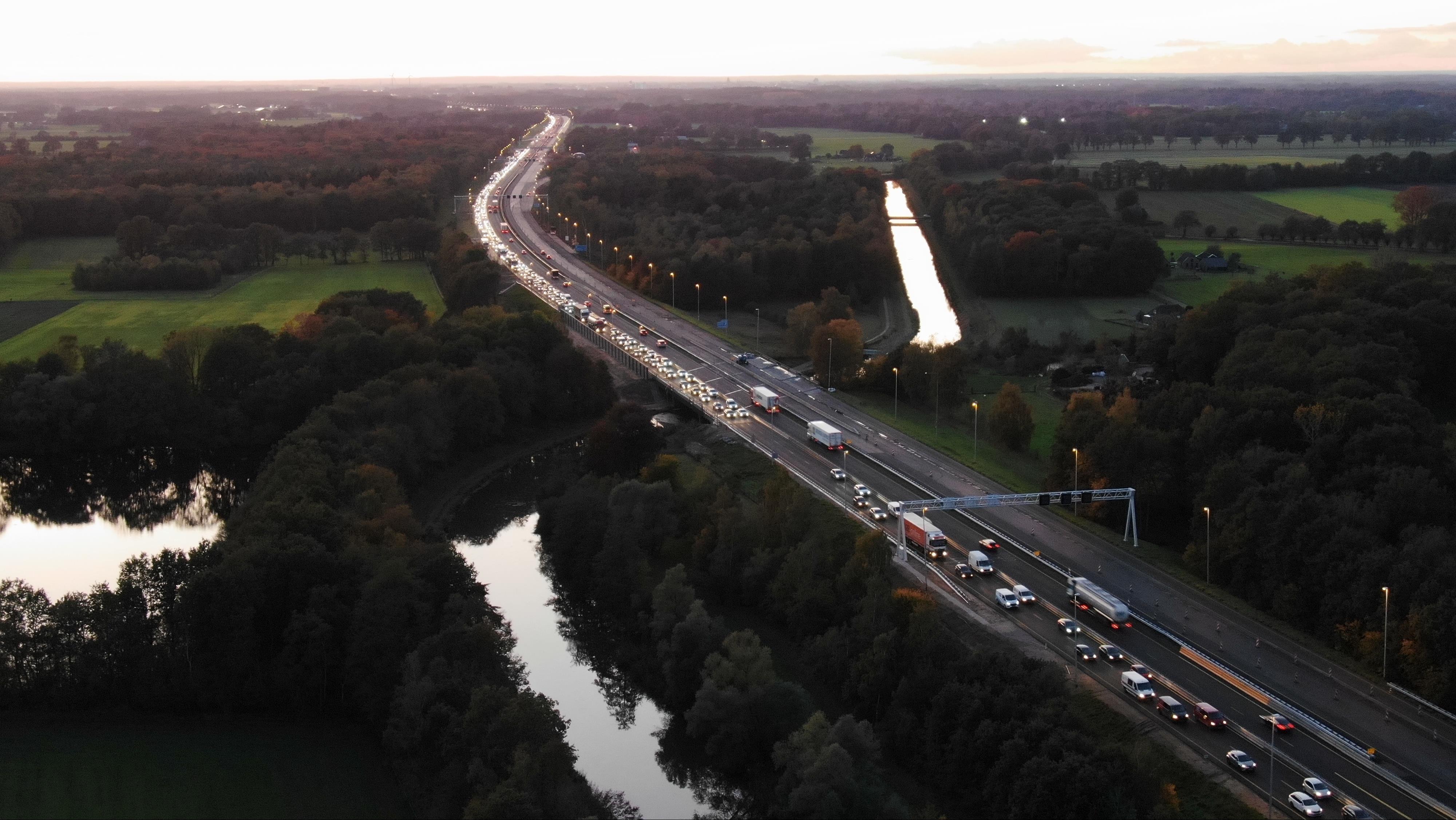 Meerdere ongevallen op A1: files in beide richtingen bij Deventer.