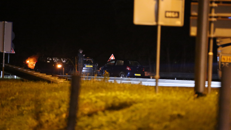 Ongeluk op N36 bij Beerzerveld: weg bezaaid met onderdelen en glas.
