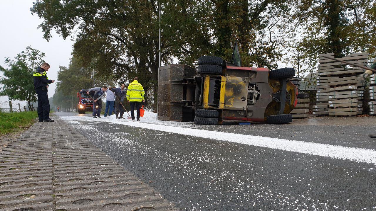 Weg in Markelo bezaaid met piepschuim na botsing tussen heftruck en vrachtwagen.