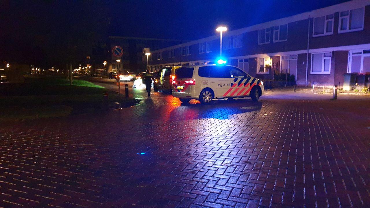 Fietser ernstig gewond na botsing tegen stilstaande auto in Hengelo.