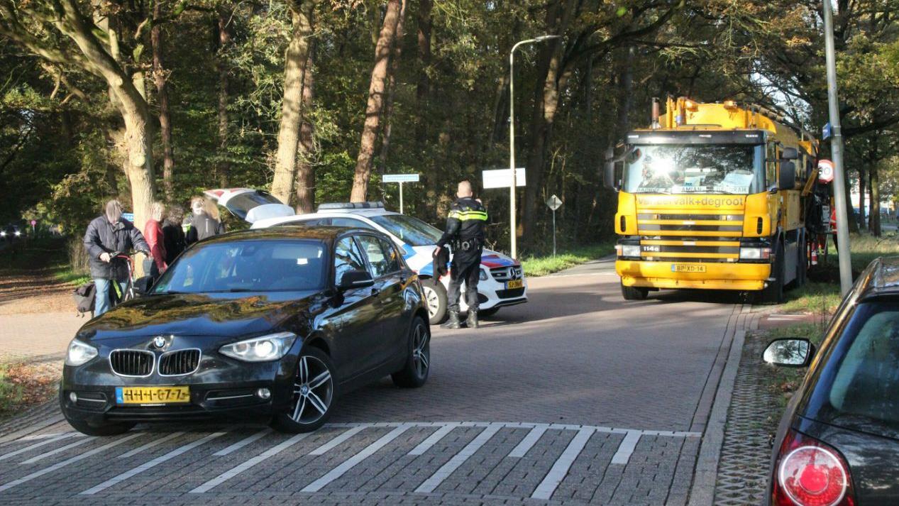 Hardloopster zwaargewond na aanrijding met auto in Hellendoorn.
