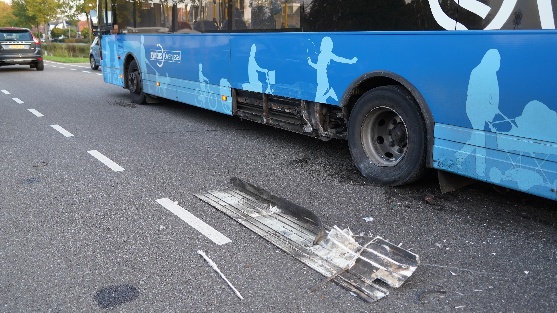 Lijnbus betrokken bij ongeluk in Dedemsvaart: automobilist gewond en buspassagiers lopend verder.
