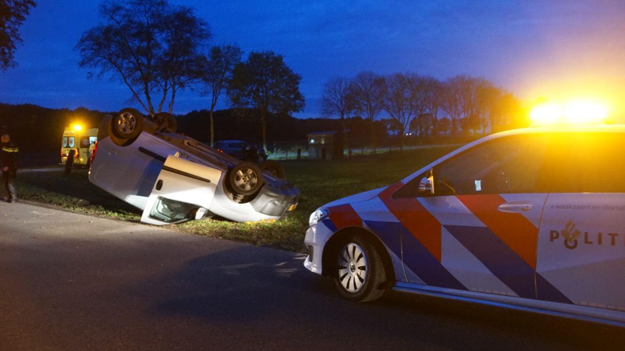 Bestelauto in Staphorst op de kop in berm bij ongeluk.