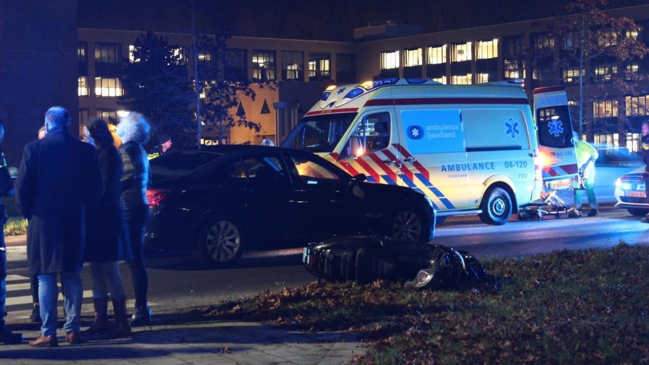 Scooterrijder gewond naar ziekenhuis door aanrijding in Kampen.