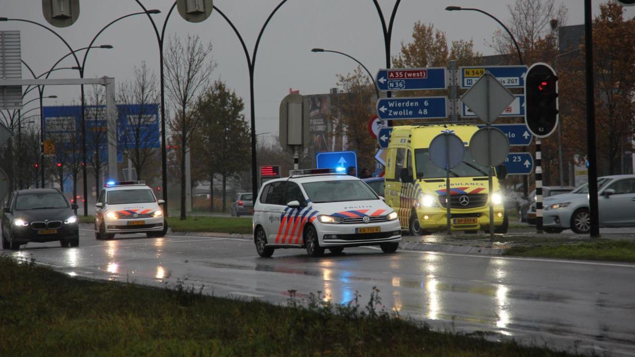Automobilist gewond geraakt bij aanrijding met vrachtwagen in Almelo.