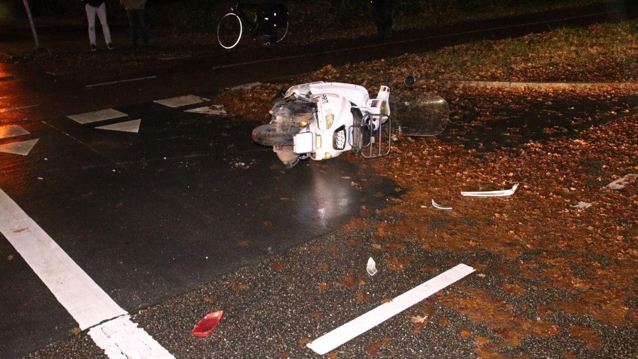 Twee vrouwen naar het ziekenhuis na botsing tussen scooter en auto in Zwolle.