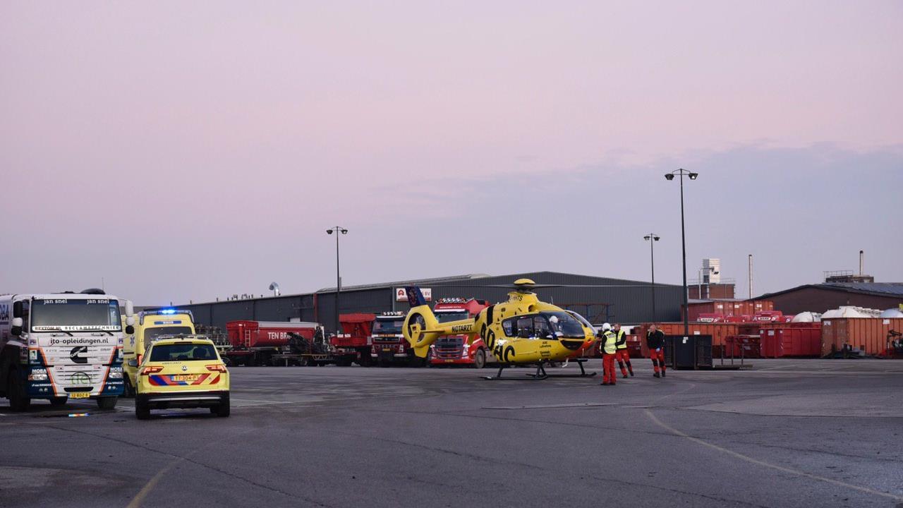 Fietser met traumahelikopter naar ziekenhuis na aanrijding met vrachtwagen in Rijssen.