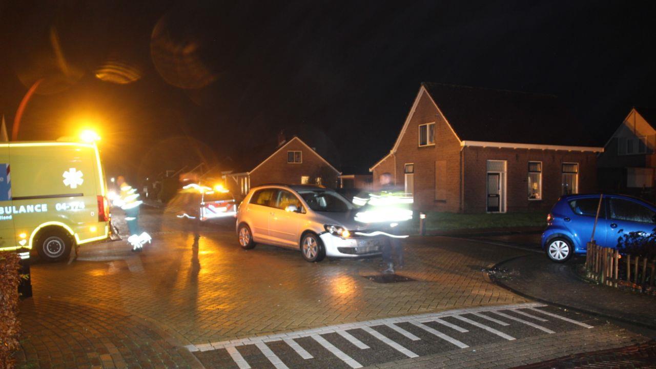 Auto belandt in voortuin na botsing in Lemelerveld, één persoon gewond.