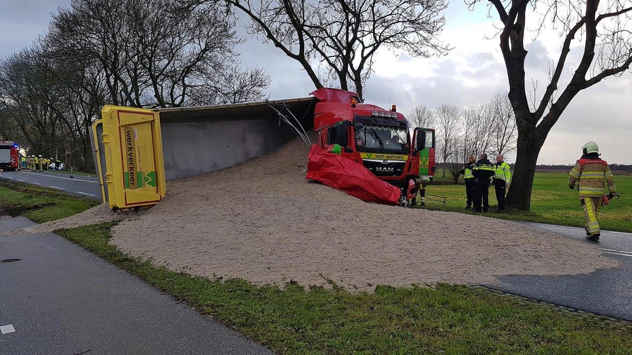 Automobilist zwaargewond door ongeluk op N375 tussen Zwartsluis en Meppel, weg dicht.