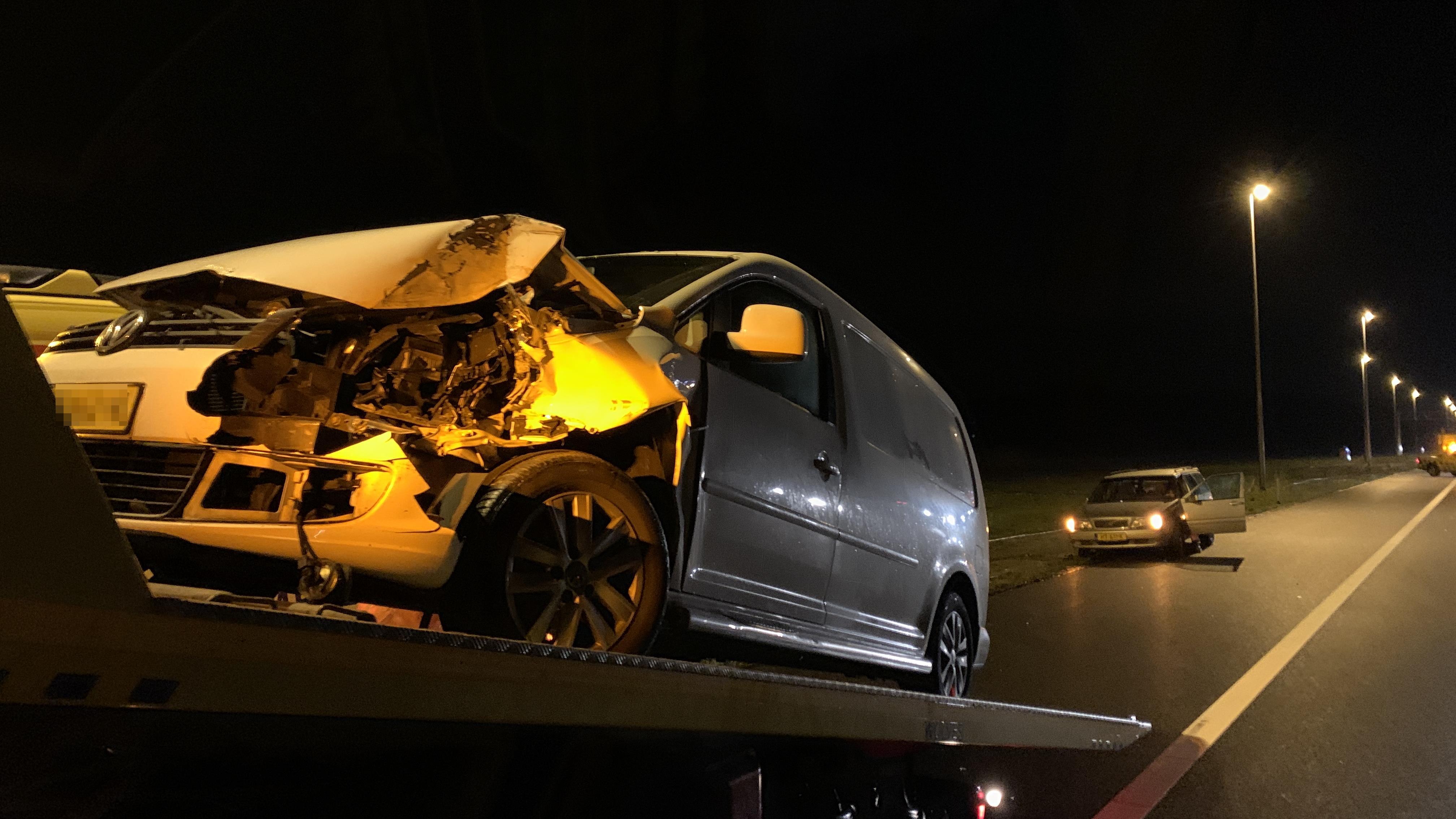Tientallen vrachtwagens en autos rijden over vluchtstrook na ongeluk A1, bergen duurt extra lang.